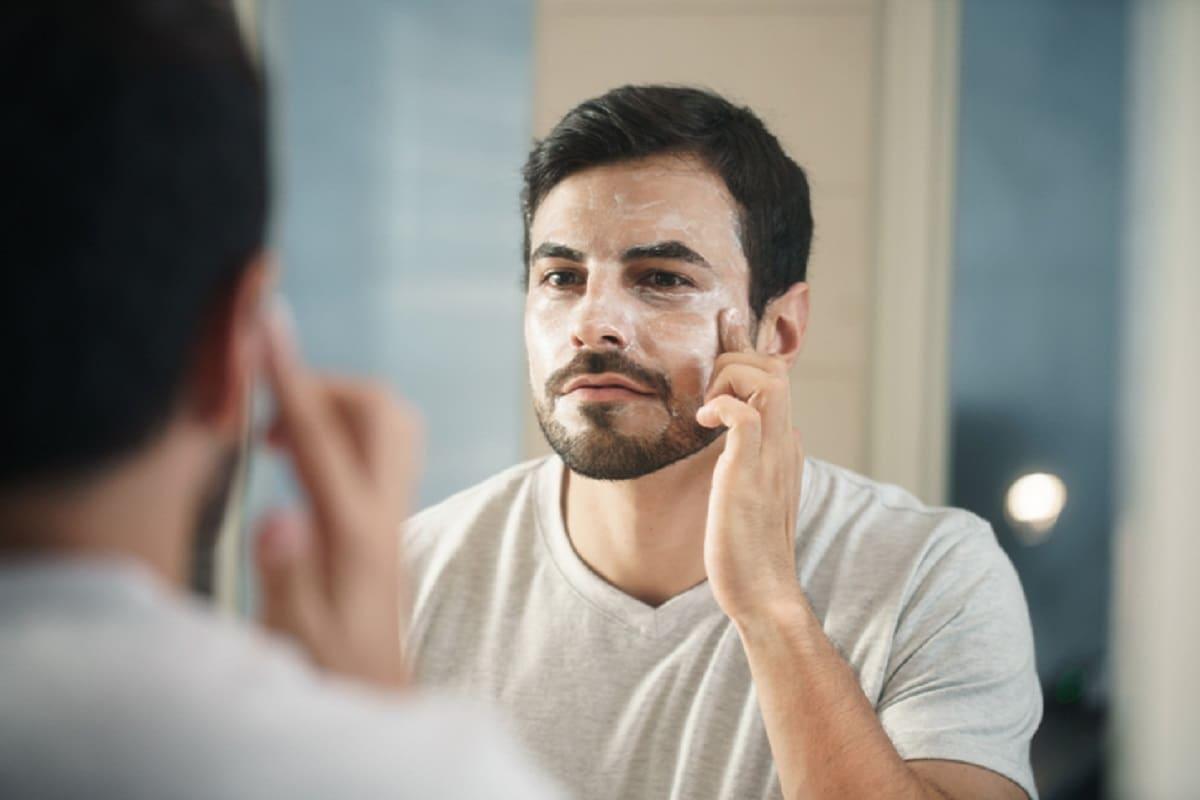 5. சன்ஸ்கிரீன் தடவவும் (Apply sunscreen underneath your beard):உங்கள் தாடியில் சன்ஸ்கிரீனைப் பயன்படுத்துங்கள். ஏனென்றால் கடுமையான சூரியக் கதிர் முடியில் அடியில் ஸ்ப்ளிட் எண்ட்ஸை விட்டுச்செல்கிறது. இதனால் அது வறண்டு, உடையக்கூடியதாக இருக்கும். சன்ஸ்கிரீன் பயன்பாடு உங்கள் தாடியை சேதத்திலிருந்து பாதுகாப்பதோடு மட்டுமல்லாமல், உங்கள் முடியை மென்மையாக்குவதோடு, பளபளப்பாகவும் வைத்திருக்க உதவுகிறது.