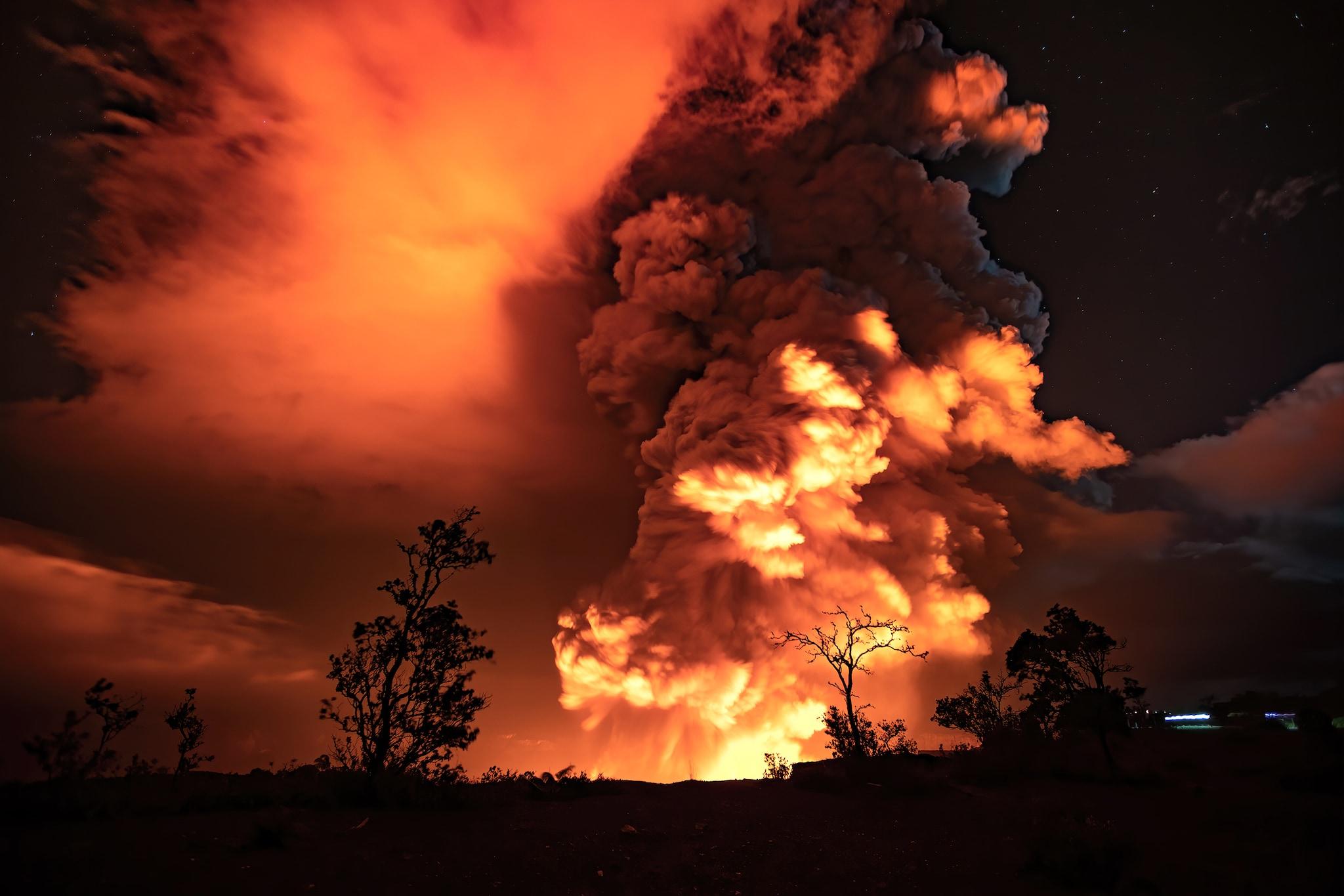வெடித்துச் சிதறிய கிலாவியா எரிமலையின் புகைப்படம்