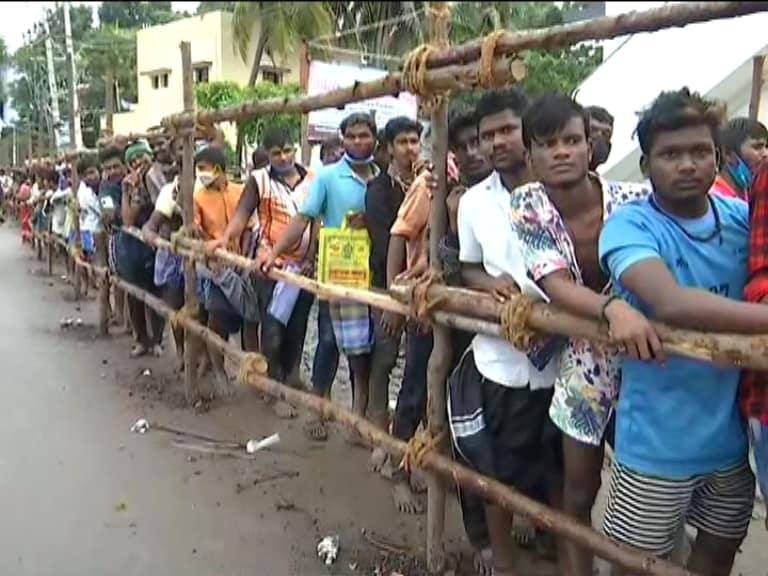 அலங்காநல்லூர் ஜல்லிக்கட்டில் பங்கு பெற மொத்தம் 683 மாடு பிடிவீரர்கள் விண்ணப்பித்திருந்த நிலையில், மருத்துவ உடற்தகுதியில் 655 பேர் தேர்வாகினர். பாலமேடு ஜல்லிக்கட்டில் பங்குபெற மொத்தம் 699 பேர் விண்ணப்பித்தனர். இவர்களுள் மருத்துவ உடற்தகுதியில் 651 பேர் தேர்வாகி இருக்கின்றனர். மாடுபிடி வீரர்களுக்கு பிசிஆர் கருவி மூலம் கொரோனா பரிசோதனை செய்யப்பட்டு வருகிறது. இதில் நெகட்டிவ் என வந்தால் மட்டுமே மாடுபிடி வீரர்கள் களம் இறங்க அனுமதிக்கப்படுவார்கள்.