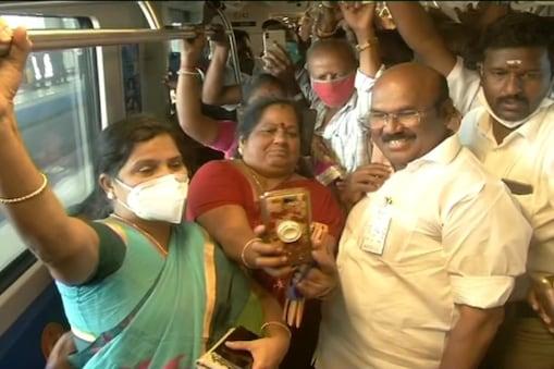 மெட்ரோ ரயிலில் பயணம் செய்த அமைச்சர் ஜெயக்குமார்!