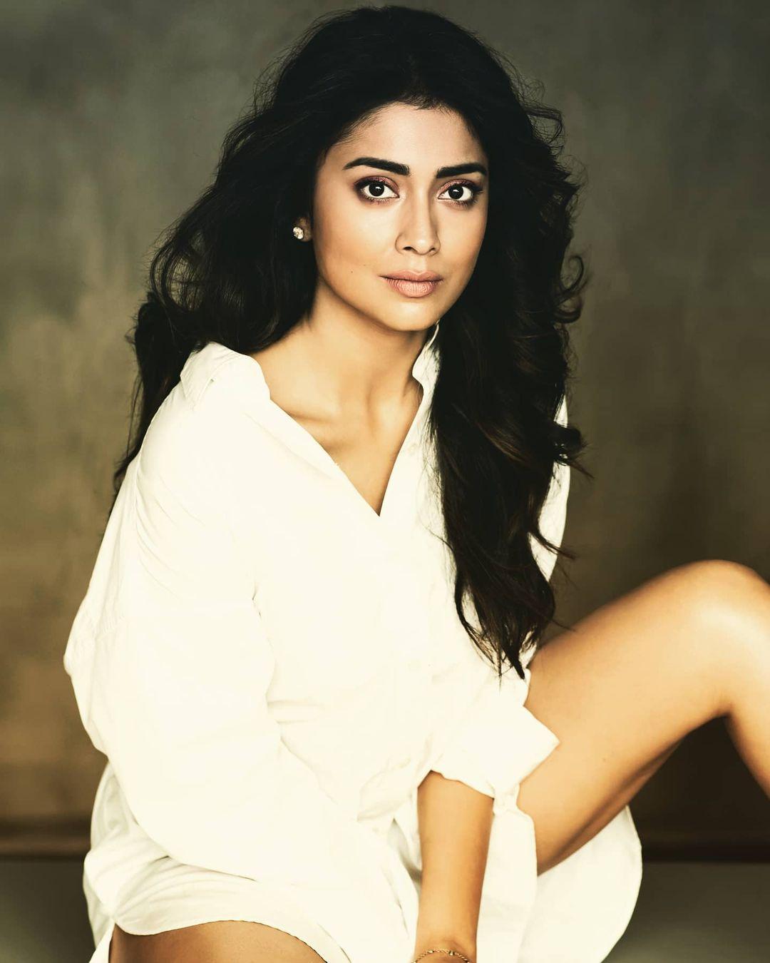நடிகை ஸ்ரேயா தமிழ் சினிமாவில் 'எனக்கு 20 உனக்கு 18'படத்தின் மூலம் அறிமுகமானார்.
