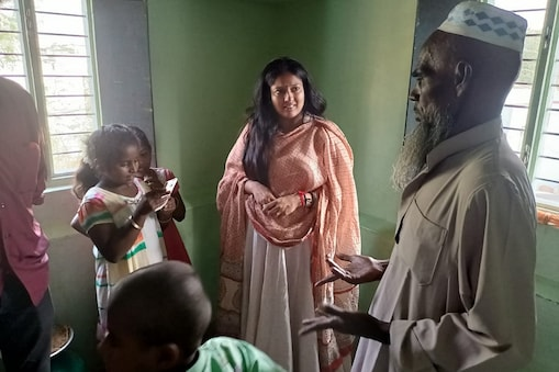 இஸ்லாமிய குடும்பத்திற்கு கல்வி உதவி வழங்கிய காயத்ரி ரகுராம்
