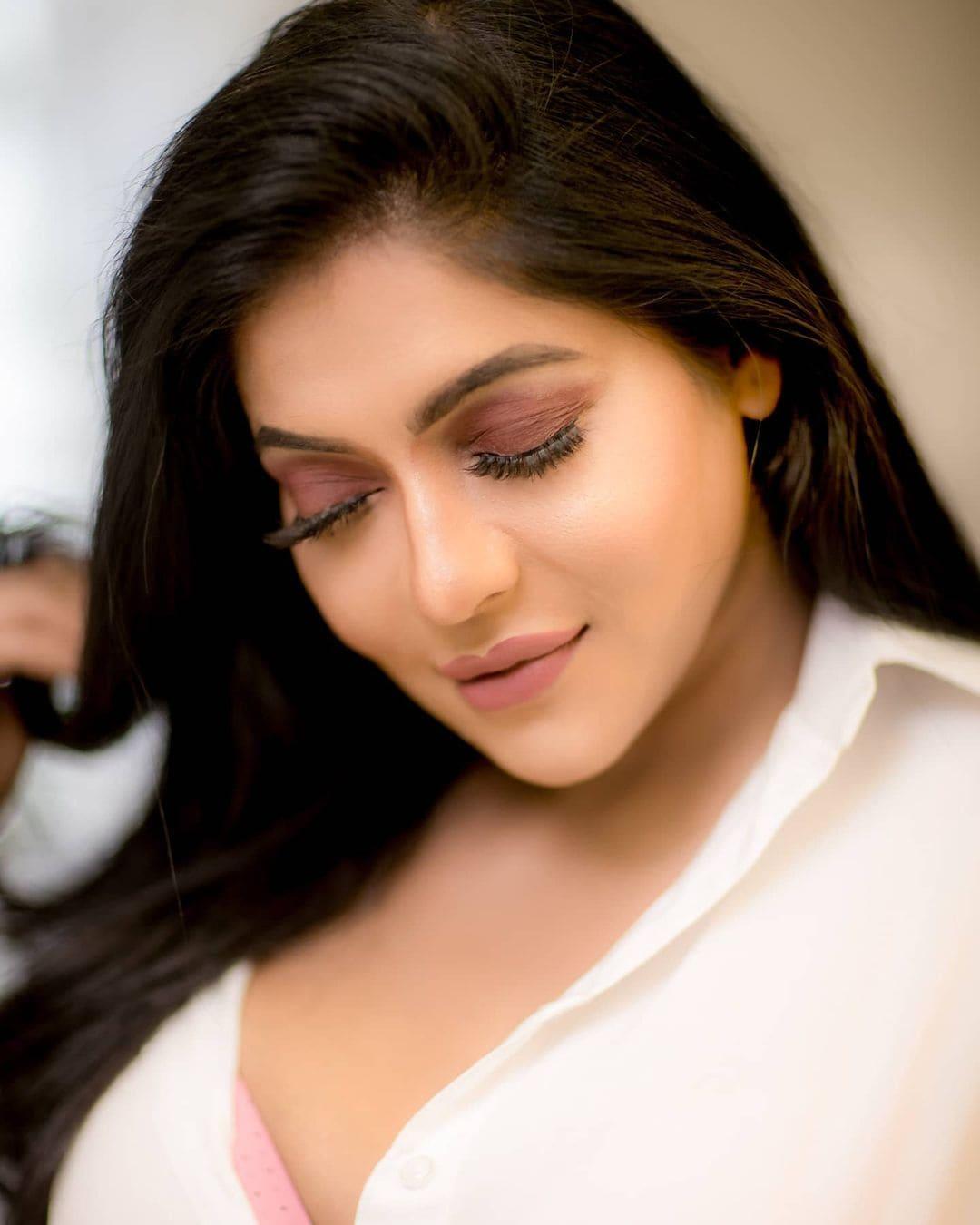 நடிகை ரேஷ்மா பசுபுலேட்டி' வேலைன்னு வந்துட்ட வெல்லக்காரன்'திரைப்படம் மூலம் ரசிகர்கள் மத்தியில் பிரபலமானார்.
