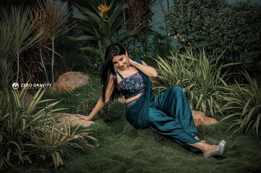 நடிகை சாக்ஷி அகர்வால் ராஜா ராணி, பேட்ட, விஸ்வாசம் உள்ளிட்ட படங்களில் சிறிய கதாபாத்திரத்தில் நடித்துள்ளார்.