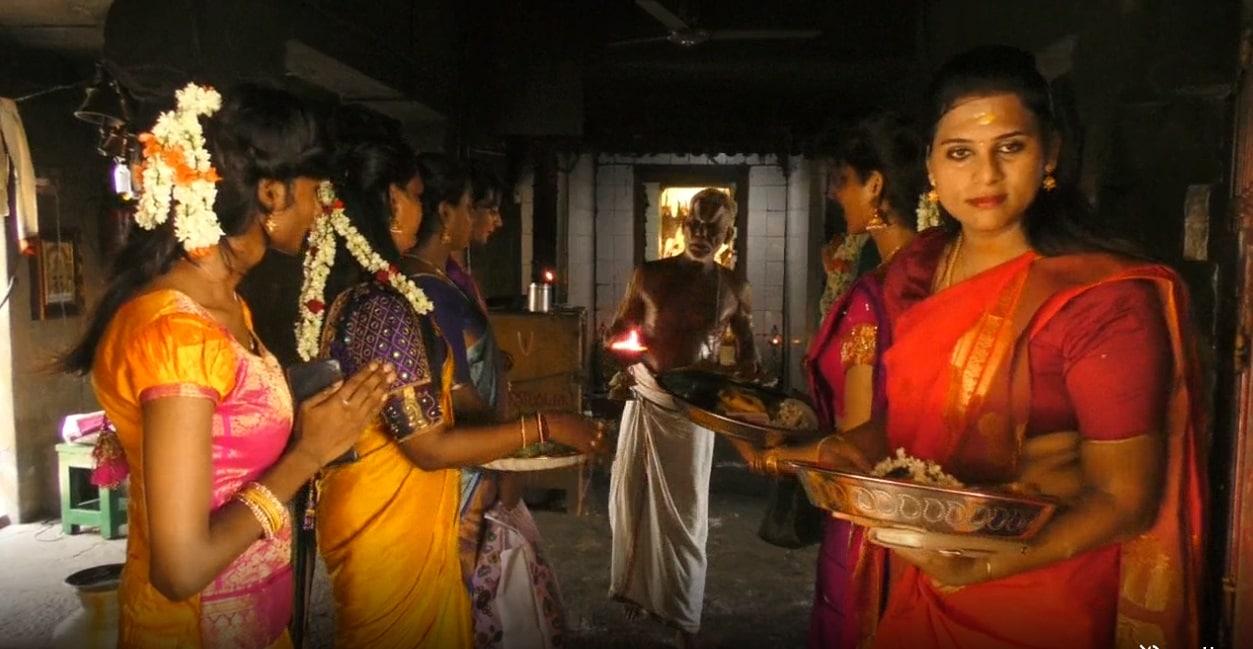 சித்ரா பவுர்ணமியை ஒட்டி நேற்று முன்தினம் சில திருநங்கைகள் கூத்தாண்டவர் கோவிலுக்கு வந்தனர்.