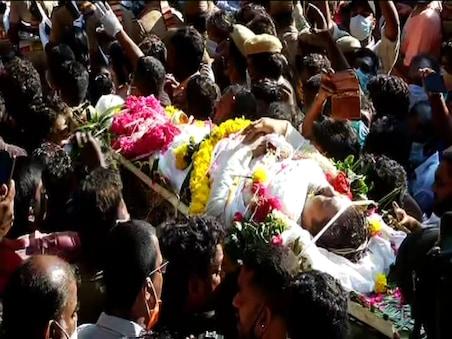 78 குண்டுகள் முழங்க காவல்துறை மரியாதையுடன் பத்மஸ்ரீ விவேக் உடல் தகனம்