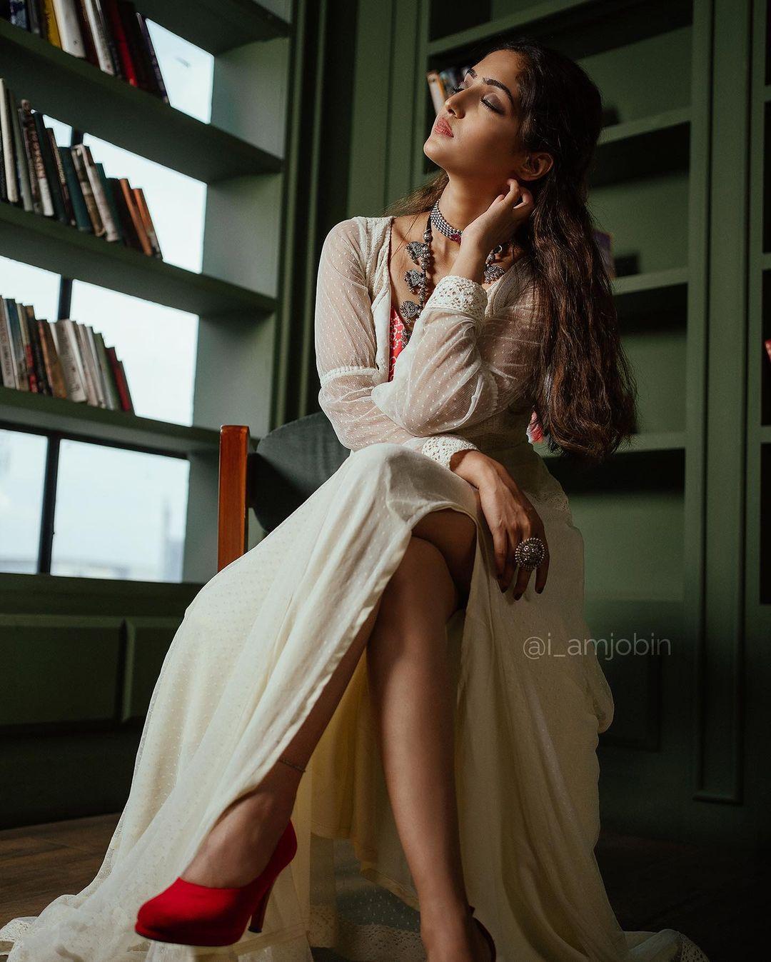 நடிகை ரெபா மோனிகா ஜான் தமிழ் மற்றும் மலையாளத்தில் பல படங்கள் நடித்துள்ளார்.