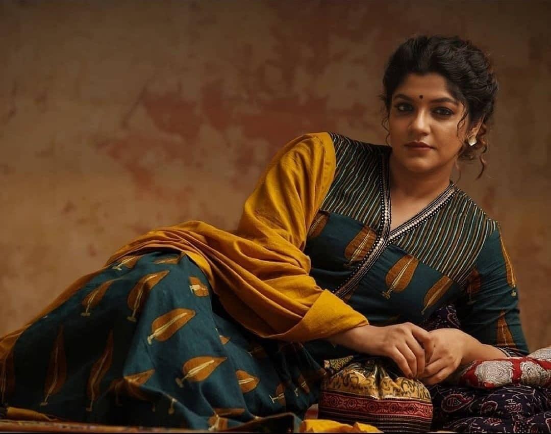 நடிகை அபர்ணா பாலமுரளி தமிழில் 8 தோட்டக்கள், சர்வம் தாளமயம் ஆகிய திரைப்படங்களில் நடித்துள்ளார்.ஆனால் சூர்யாவுடன் இவர் இணைந்து நடித்திருந்த சூரரைப் போற்று திரைப்படம் மிகுந்த பாராட்டை பெற்று தந்தது.