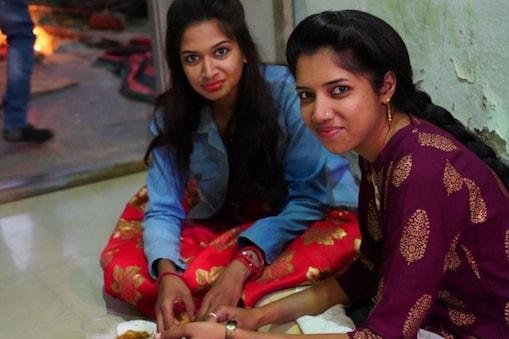 உணவு உண்ணும் இளம்பெண்கள்  (Image: thala bhula / Shutterstock.com)