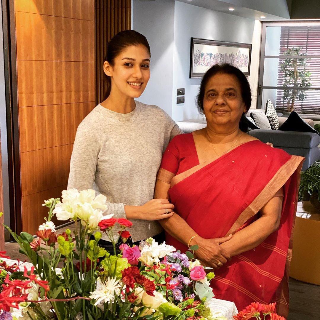 Nayanthara celebrates her mom's birthday with Vignesh Shivan, nayanthara vignesh shivan, nayanthra vignesh shivan latest picture, nayanthara latest image, vignesh shivan latest image, நயன்தாரா, விக்னேஷ் சிவன், நயன்தாரா லேட்டஸ்ட் படம், நயன்தாரா விக்னேஷ் சிவன் படம், kaathu vaakula rendu kaadhal, காத்து வாக்குல ரெண்டு காதல்