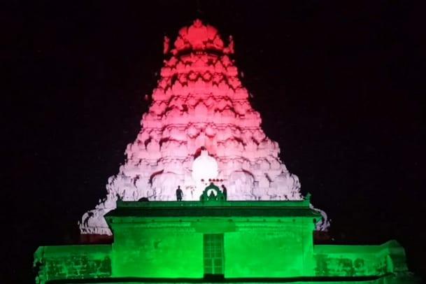 இந்தியாவில் 100 கோடி தடுப்பூசி : ஜொலித்த தேசியக்கொடி ஒளி விளக்கு