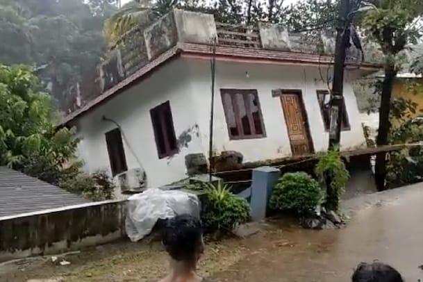 கேரளாவில் ஆற்று வெள்ளத்தில் சரிந்துவிழும் வீடு- வீடியோ