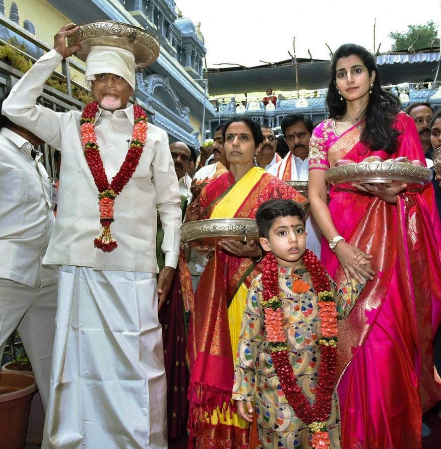 విజయవాడ కనకదుర్గ ఆలయలో చంద్రబాబు, కుటుంబ సభ్యులు(Image: PTI)