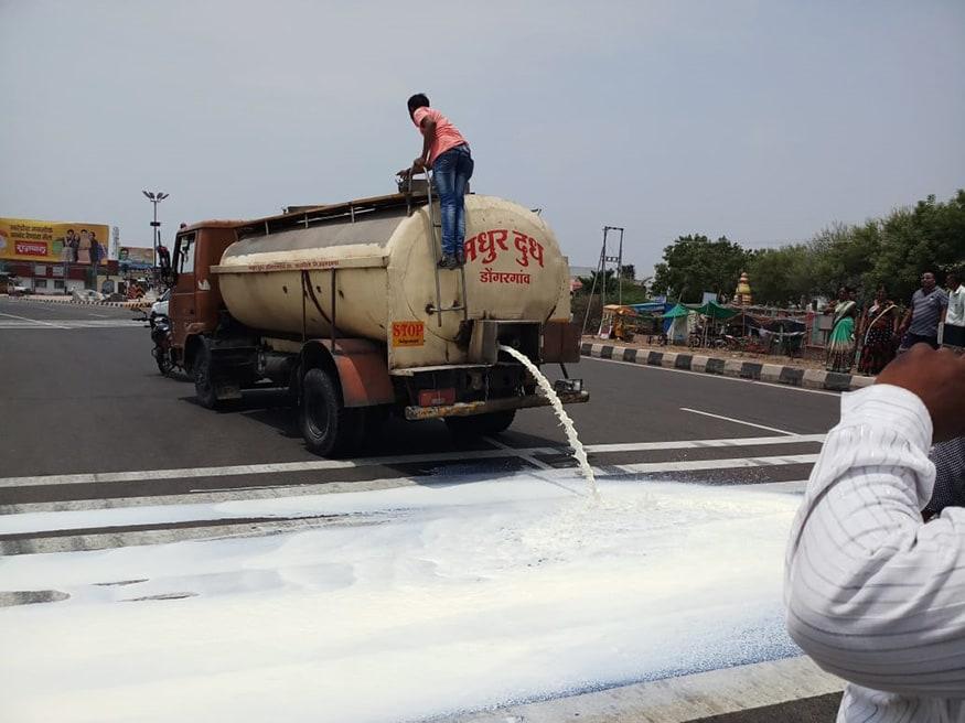 మహారాష్ట్రలోని అహ్మద్నగర్లో రోడ్డుపై పాలు పారబోస్తున్న ఆందోళనకారులు.