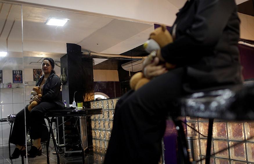 9. బ్రెజిల్లోని రియో డి జనీరోలో టాటూ వేయించుకోవడానికి కూర్చున్న బ్రెస్ట్ క్యాన్సర్ పేషెంట్ రోసానా సిల్వా . (Image: Reuters)