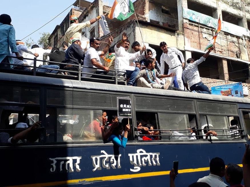 లక్నోలో ధర్నా చేస్తున్న కాంగ్రెస్ కార్యకర్తలను అరెస్ట్ చేసిన పోలీసులు