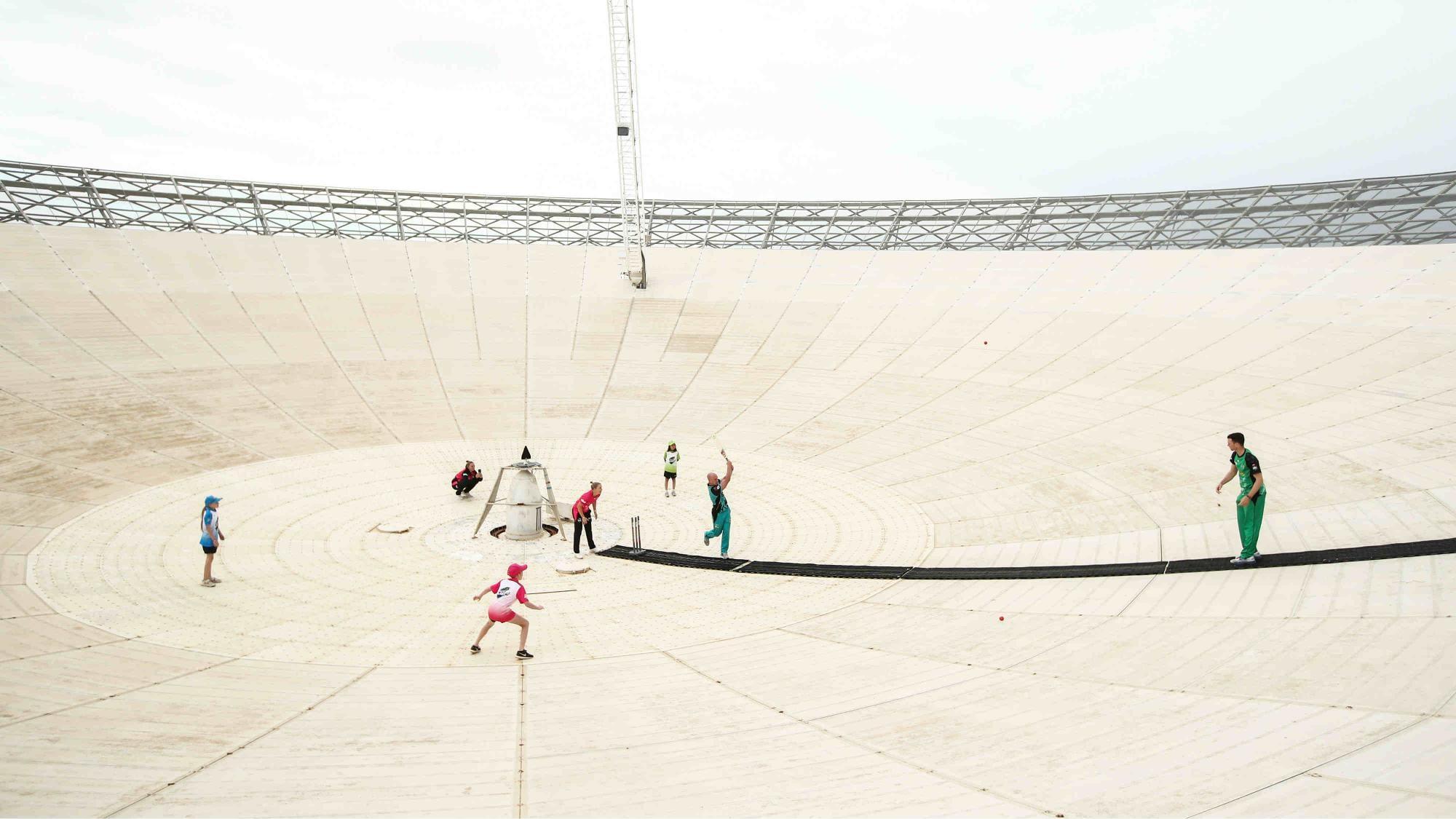 డిష్ యాంటెనాపై క్రికెట్ ఆడుతున్న ఆస్ట్రేలియన్ క్రికెటర్లు ( Cricket.com.au / ICC )