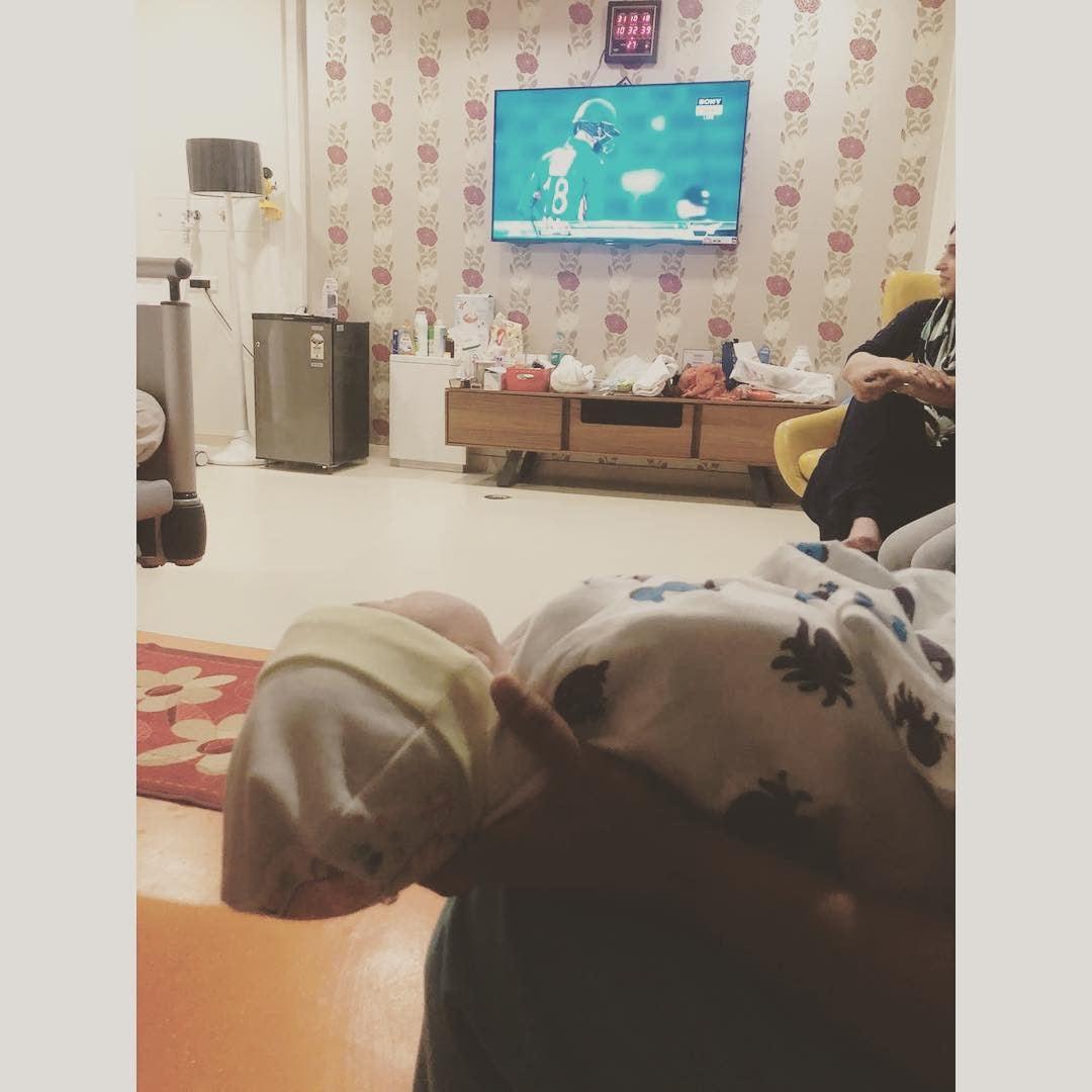 టీవీలో షోయబ్ మాలిక్ ఆడుతున్న మ్యాచ్ను చూస్తున్నట్టు ఫోటో పోస్ట్ చేసిన సానియా మీర్జా