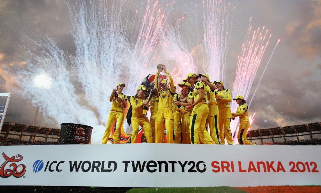 2012 మహిళల టీ20 వరల్డ్ కప్ ట్రోఫీతో ఆస్ట్రేలియా ( Courtesy : ICC / Twitter )