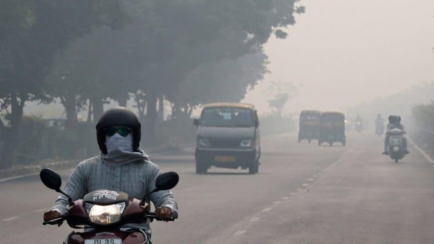 వాయు కాలుష్యం కారణంగా కమ్ముకున్న పొగ మంచు మధ్యే ఉదయాన కార్యాలయాలకు వెళ్తున్న వాహనదారులు(Image: Reuters)