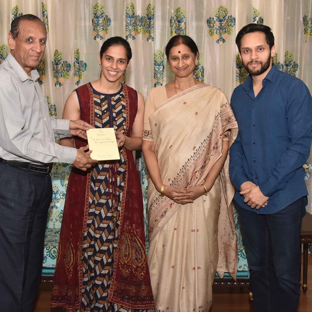గవర్నర్ నరసింహన్ దంపతులకు వెడ్డింగ్ ఇన్విటేషన్ అందిస్తున్న సైనా నెహ్వాల్, పారుపల్లి కశ్యప్ ( Saina nehwal / twitter )