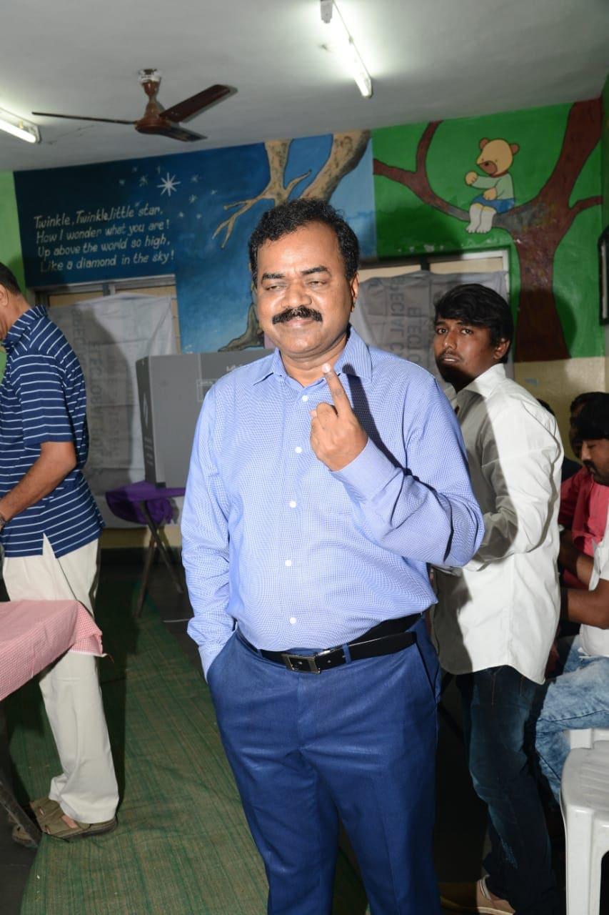 హైదరాబాద్ కుందన్ బాగ్లో ఓటు హక్కును వినియోగించుకున్న జీహెచ్ఎంసీ కమిషనర్ దానకిశోర్