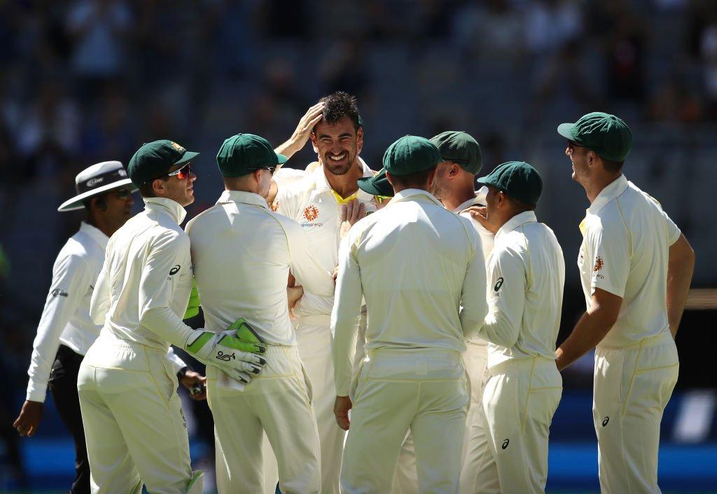 నాలుగో ఇన్నింగ్స్లో భారత్ ఓపెనర్ రాహుల్ను ఔట్ చేసిన మిషెల్ స్టార్క్ను అభినందిస్తున్న ఆస్ట్రేలియా క్రికెటర్లు. నాలుగో ఇన్నింగ్స్లో స్టార్క్ 3 వికెట్లు తీశాడు. ( Cricket Australia/ Twitter )