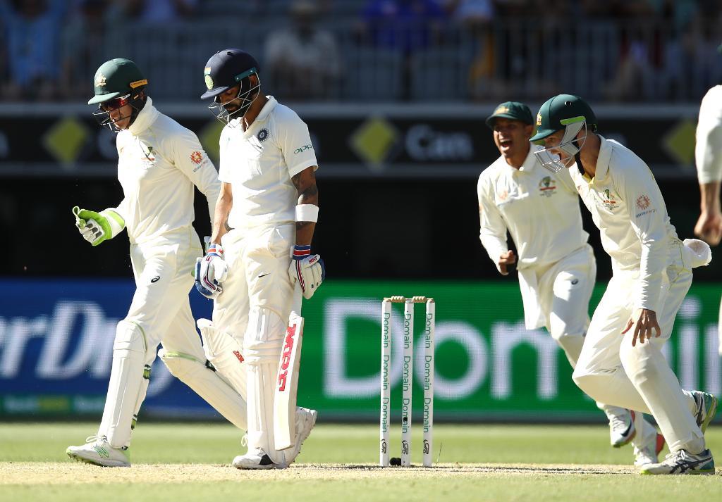విరాట్ కొహ్లీని ఔట్ చేసిన ఆనందంలో ఆస్ట్రేలియా క్రికెటర్లు. తొలి ఇన్నింగ్స్లో సెంచరీ చేసిన విరాట్ సెకండ్ ఇన్నింగ్స్లో 17 పరుగులకే ఔటయ్యాడు. ( Cricket Australia/ Twitter )