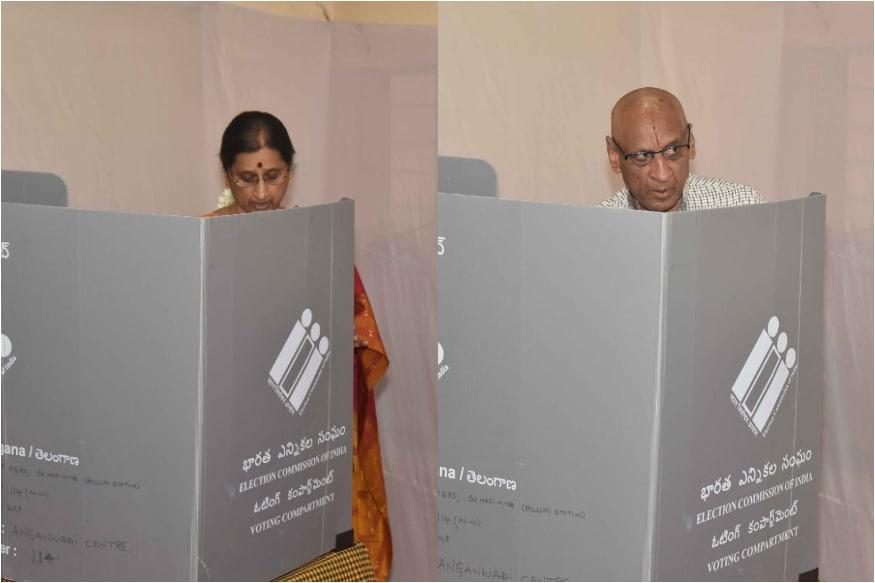 ఓటు వేస్తున్న గవర్నర్ నరసింహన్ దంపతులు