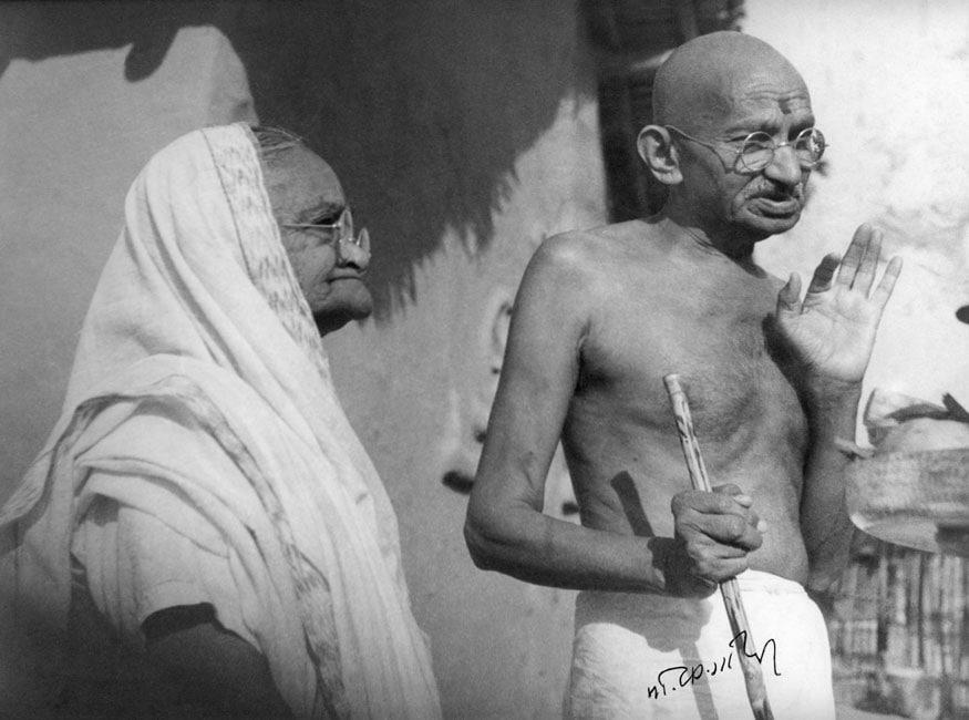 19. తన భార్య కస్తూర్బా గాంధీతో మహాత్మాగాంధీ. (Image: Getty Images)