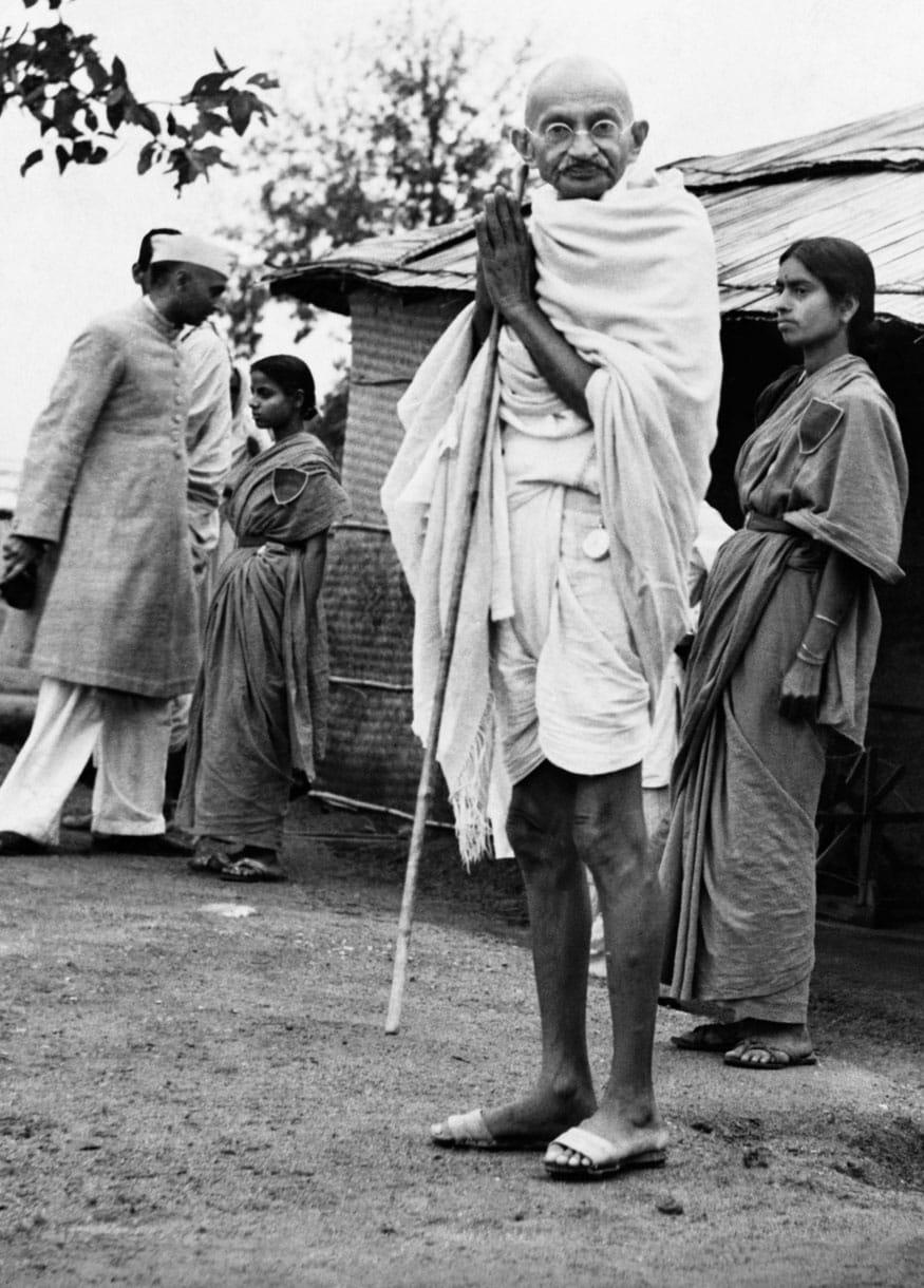 44. మద్దతుదారులకు మహాత్మాగాంధీ అభివాదం. (Image: Getty Images)