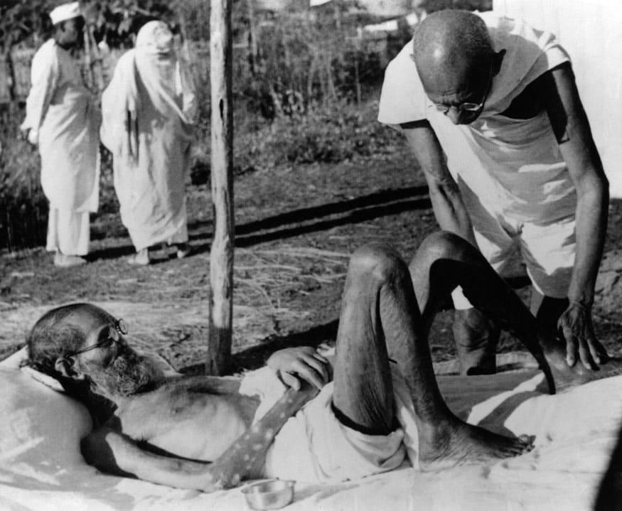51. ఆశ్రమంలో ఓ రోగితో మహాత్మాగాంధీ. (Image: Getty Images)