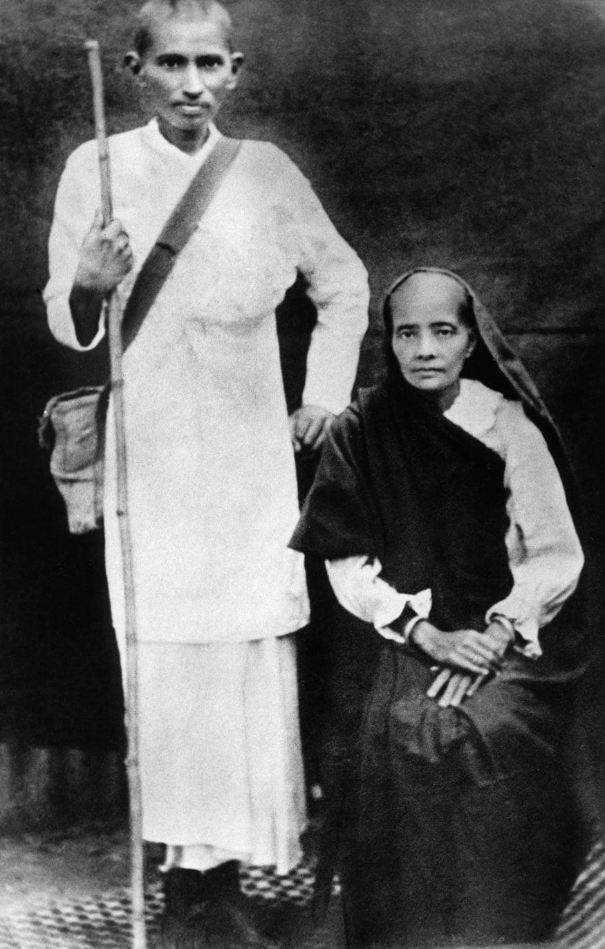 52. దక్షిణాఫ్రికాలో తన భార్య కస్తూర్బాతో మహాత్మాగాంధీ. (Image: Getty Images)