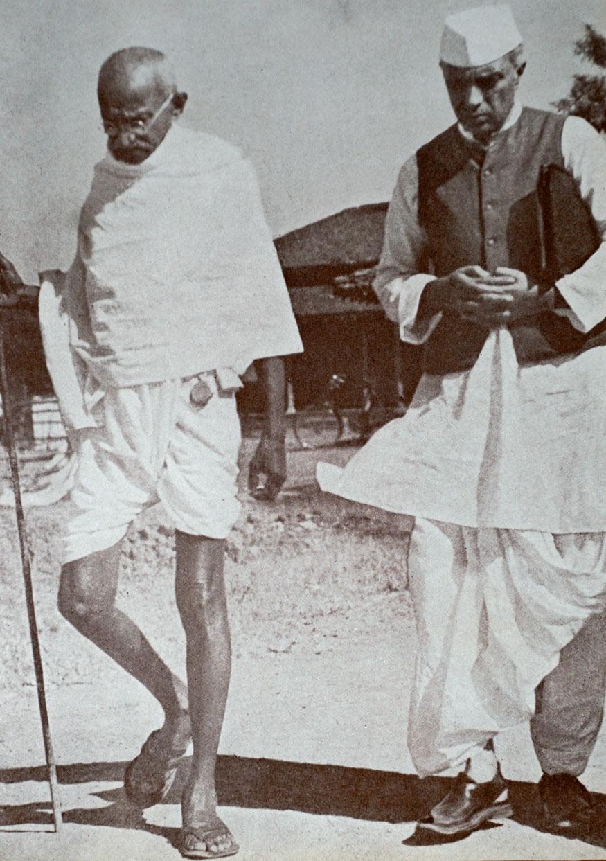 57. సేవాగ్రామ్లో జవహర్లాల్ నెహ్రూతో మహాత్మాగాంధీ. (Image: Getty Images)