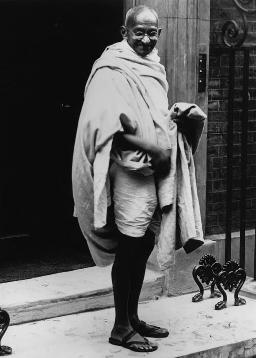 61. లండన్లోని నెంబర్ 10 డౌనింగ్ స్ట్రీట్లో మహాత్మాగాంధీ. (Image: Getty Images)