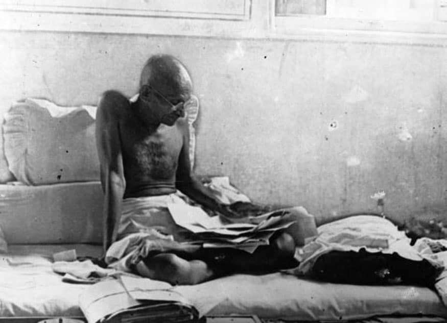 71. జైలు నుంచి విడుదలైన తర్వాత మహాత్మాగాంధీ నిరాహార దీక్ష. (Image: Getty Images)