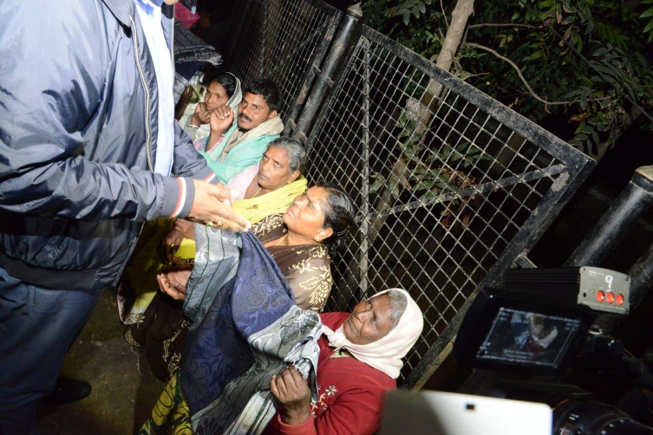 ఫుట్పాత్పై నిద్రిస్తున్నవారికి దుప్పట్లను పంచుతున్న జీహెచ్ఎంసీ కమిషనర్ దానకిషోర్