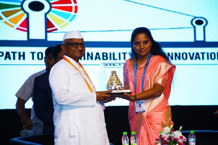 అన్నా హజారే జ్ఞాపికను అందజేస్తున్న ఎంపీ కవిత