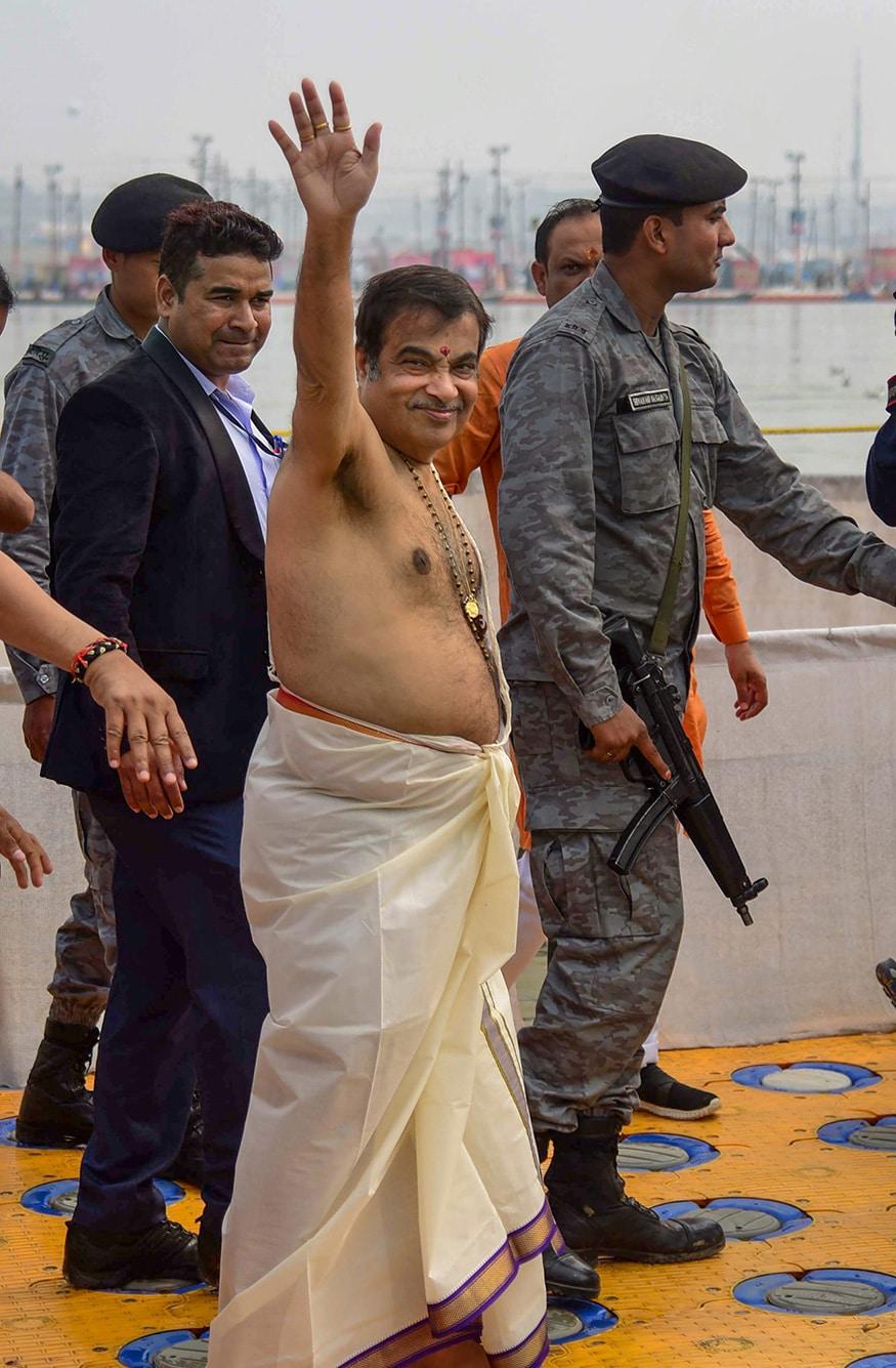 ప్రజలకు అభివాదం తెలుపుతున్న బీజేపీ సీనియర్ నాయకుడు నితిన్ గడ్కరి
