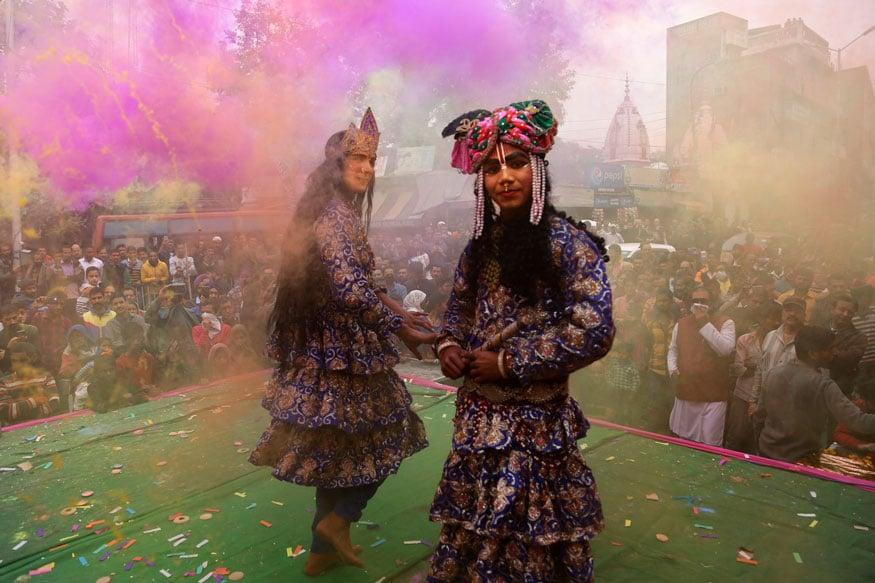 16. జమ్మూలో రాధాకృష్ణుల వేషంలో కళాకారులు. (Image: AP)