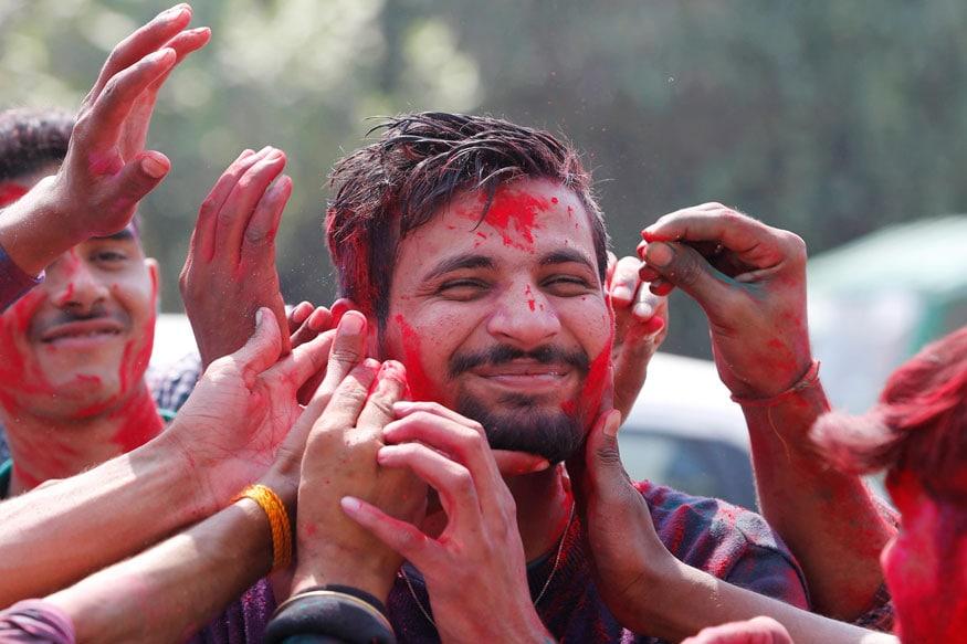 28. అల్లాహాబాద్లోని అల్లాహాబాద్ యూనివర్సిటీలో హోలీ వేడుకలు. (Image: AP)