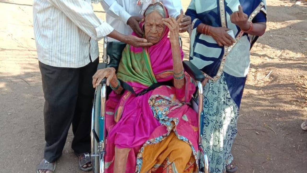 ఓ 105 సంవత్సరాల కవైబాయి అనే ముసలవ్వ..మహారాష్ట్రలోని అరంగల్ బద్రుక్లో తన ఓటు హక్కును..వినియోగించుకుని..పదిమందికి ఆదర్శంగా నిలిచారు (Image: Twitter/@ANI)