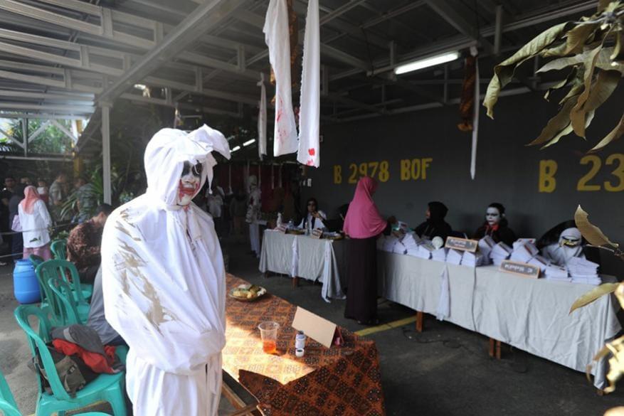 11. పోలింగ్ స్టేషన్ దగ్గర దెయ్యం వేషధారణలో ఎన్నికల ఉద్యోగి. (Image: AFP)
