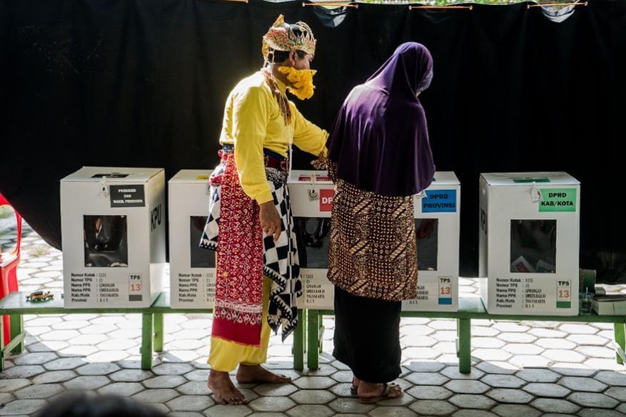 13. ఇండోనేషియా ఎన్నికల్లో ఓటు వేస్తున్న ఓటర్లు. (Image: AFP)