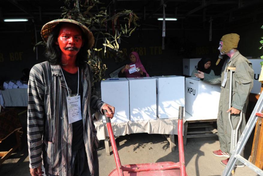7. పోలింగ్ స్టేషన్ దగ్గర దెయ్యం వేషధారణలో ఎన్నికల ఉద్యోగి. (Image: AFP)