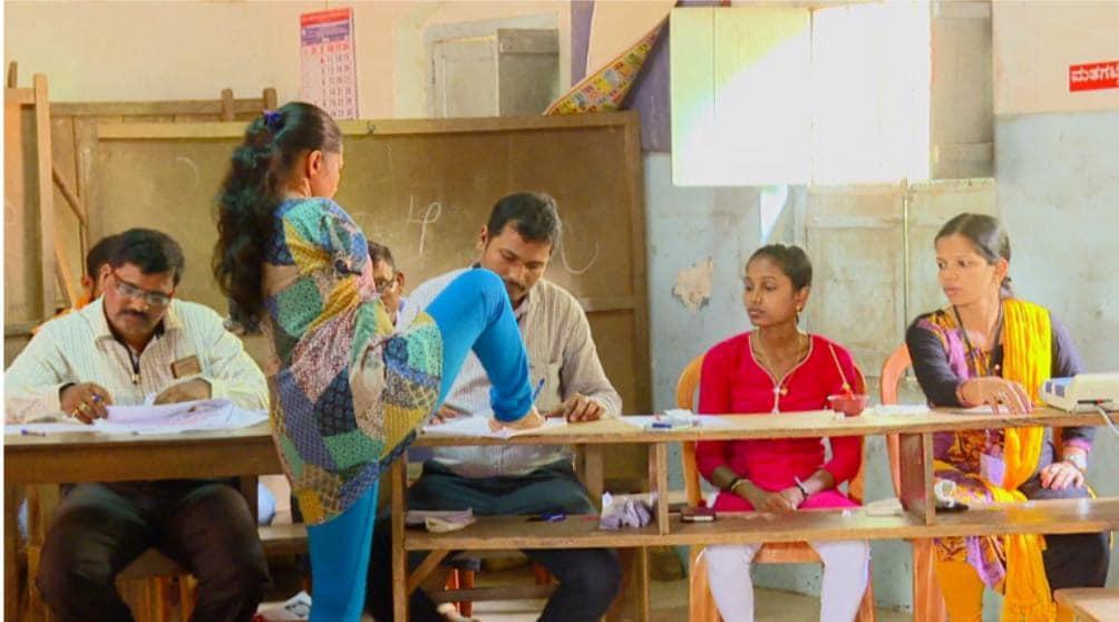 మంగళూరులో షబితా మోనిష్ అనే దివ్యాంగురాలు..రెండు చేతులు లేక పోవడంతో తన కాలి బొటనవేలుతో ఓటు వేస్తోంది.