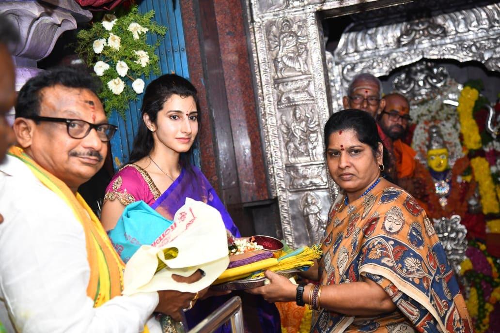 ఎన్నికల ప్రచారం మధ్యలో ఓ ఆలయంలో పూజలు నిర్వహిస్తున్న నారా బ్రాహ్మణి