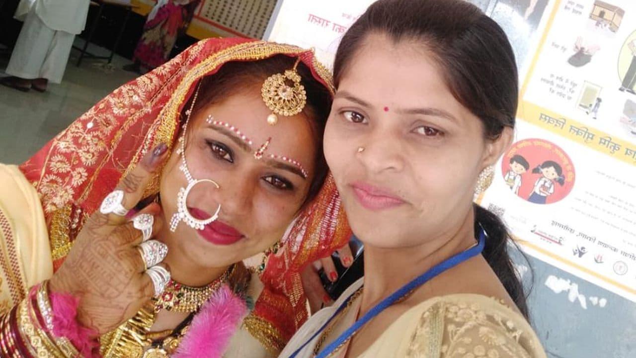 ఓటు హక్కును వినియోగించుకున్న పెళ్లి కూతురు (Image: Twitter/@CEOChhattisgarh)