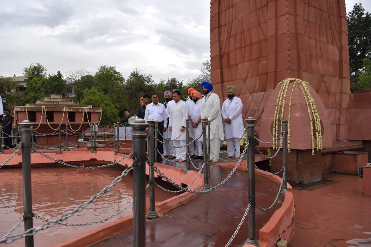 ఏప్రిల్ 13, 1919లో పంజాబ్లోని అమృత్సర్ పట్టణంలో ఉన్న ఓ తోటలో వైశాఖీ ఉత్సవం సందర్భంగా వేల మంది ప్రజలు అక్కడికి చేరుకున్నారు. అయితే బ్రిటీష్ రౌలత్ చట్టాన్ని వ్యతిరేకిస్తున్న జాతీయ ఉద్యమకారులు కూడా ఆ ఉత్సవాల్లో పాల్గొన్నారు. రౌలత్ చట్టాన్ని వ్యతిరేకించడాన్ని తీవ్రంగా పరిగణించిన అప్పటి బ్రిటీష్ ప్రభుత్వం.. జనరల్ డయ్యర్ సారథ్యంలో కాల్పులు జరిపించింది. ఈ కాల్పుల్లో 1000మందికి పైగా మరణించారు.