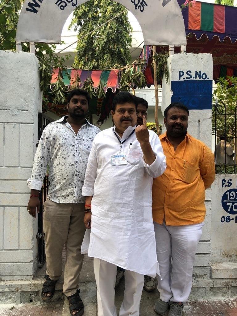 ఓటు వేసిన మల్కాజ్గిరి బీజేపీ అభ్యర్థి రామచంద్రరావు